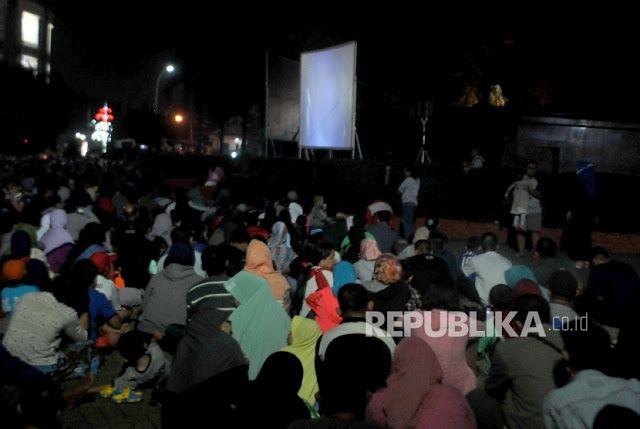 "Berita Islam ! Mendikbud melarang siswa SD dan SMP menonton film Penghianatan G30S PKI... Bantu Share ! http://ift.tt/2fTApaJ Mendikbud melarang siswa SD dan SMP menonton film Penghianatan G30S PKI  Majelis Ulama Indonesia (MUI) menanggapi pernyataan Menteri Pendidikan dan Kebudayaan RI Muhajir Effendy yang melarang siswa SD dan SMP menonton film Penghianatan G30S PKI dengan alasan film itu dinilai bukan konsumsi untuk anak-anak. MUI menilai pernyataan tersebut berlebihan. ""Kebijakan…"