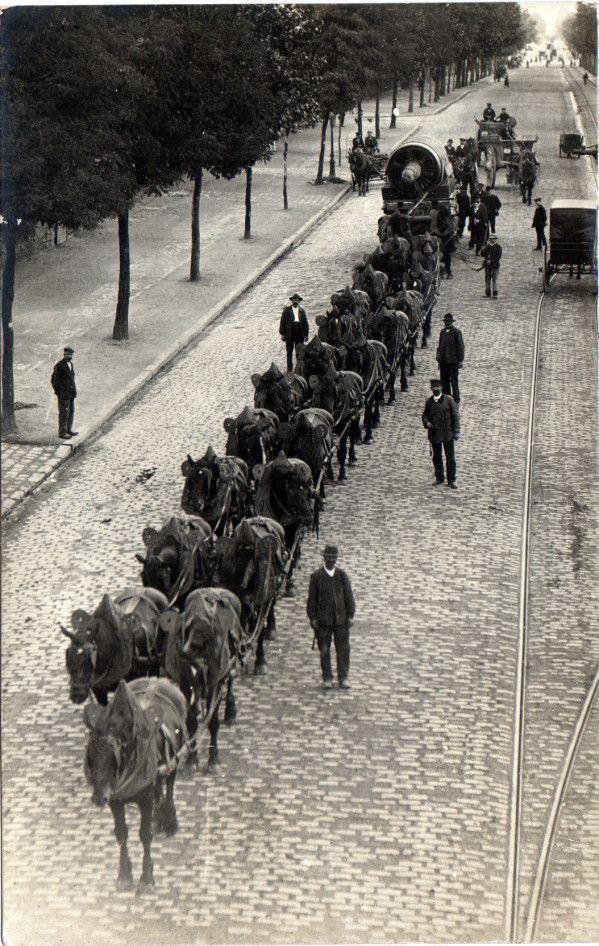 Convois exceptionnels Une turbine emmenée par 23 chevaux (Paris, vers 1900-1905) Les très grands attelages, au-delà des 5 ou 6 chevaux admis sous la conduite d'un seul charretier par le code de la route*, ont malheureusement disparu sans laisser de traces....