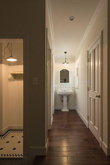 洗面室のタイル、乱尺張りのオーク材無垢フローリング、色はもちろん塗り方までこだわった壁。細部までこだわることができるのは、注文住宅ならではです。  静岡県 T様邸|フリーデザイン施工事例|メープルホームズ
