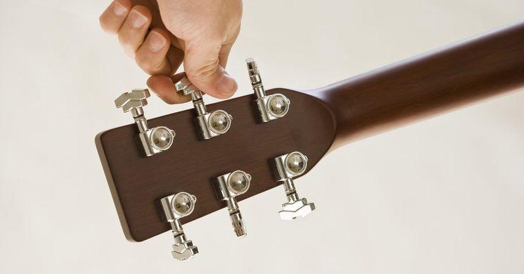 """Como trocar as 12 cordas de um violão. Um violão de 12 cordas tem um som de repique e distintamente brilhante. """"Hole Hearted"""" do Extreme e """"Ticket To Ride"""" dos Beatles são dois exemplos de destaque. Isso acontece porque quatro das cordas estão emparelhadas em oitavas. Cada uma das cordas padrão de um violão de seis cordas tem um """"companheiro"""". Da mizinha (mi menor) até a sol, todas têm ..."""