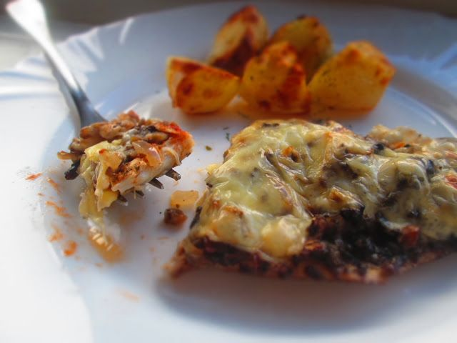 http://gotoweprzepisy.blogspot.co.uk/2013/11/niby-pizza-z-piersi-z-kurczaka.html