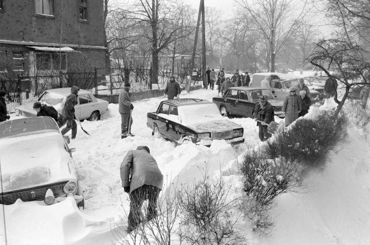 Az 1986-87-es tél örökre megmarad egész Magyarország és Budapest emlékezetében. A legendás januári gigahavazás 1987. január 10-én kezdődött. A sarkvidéki széllökések miatt méteres hótorlaszok épültek, az autópályák összefüggő hómezővé változtak, az utcákon álló autókat fél méter vastag hó takarta be. Kora délután -15 Celsius fokot mértek és január 12-ére 20-40 centis hóréteg takarta be az országot. Iskolai szünetet rendeltek el, több munkahely megközelíthetetlenné vált, egyesek az…