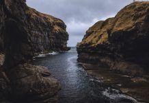 Diese Bucht in Gjógv ist ein sehr beliebtes Fotomotiv - Färöer Inseln