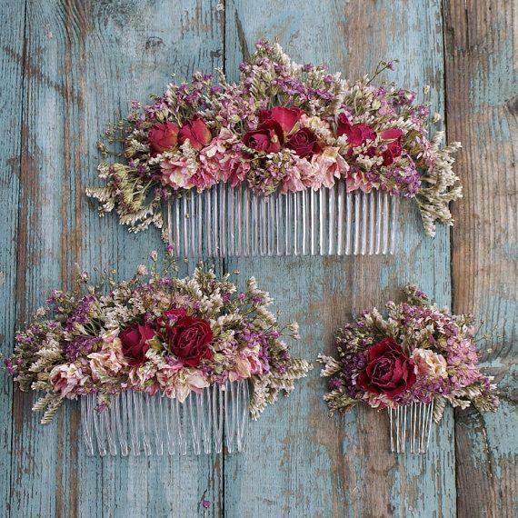 Nuestras peinetas de flores secas hechas a mano son una gran alternativa para crear una apariencia salvaje y Bohemia para tu boda. Están disponibles en tres tamaños de medición: Flores de tamaño pequeño miden 7cms aprox en x 4cms alta. Flores de tamaño medio miden 13cms de aprox en x 6cms alta. Flores de gran tamaño miden 20cms aprox en x 7cms alta Todos nuestros diseños son hechos a mano a pedido, lo deje en promedio menos de tres semanas para el envio al Reino Unido y una semana más…