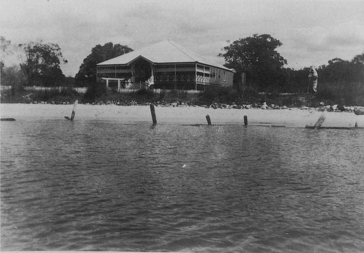 Labrador House in Southport, Queensland, ca. 1920 - Timber guesthouse right on the sea front at Southport. The address of the property was 400, Marine Parade, Southport.