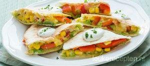 Vegetarische en kleurrijke Mexicaanse wrap tosti gevuld met avocado, paprika, mais en veel kaas