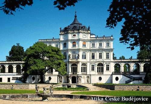 Zámek Ploskovice nechala vystavět jako letní rezidenci velkovévodkyně Anna Marie Františka Toskánská v první čtvrtině 18. století. Původně se jednalo o menší zámek, přesto jeho náročnou barokní výzdobu prováděli nejvýznamnější pražští umělci, malíř V. V. Reiner a štukatér T. Soldatti. V polovině 19. století se zámek stal soukromou rezidencí penzionovaného císaře Ferdinanda V. Habsburského, posledního korunovaného českého krále. Při této příležitosti byl zámek zvýšen o patro a celkově…