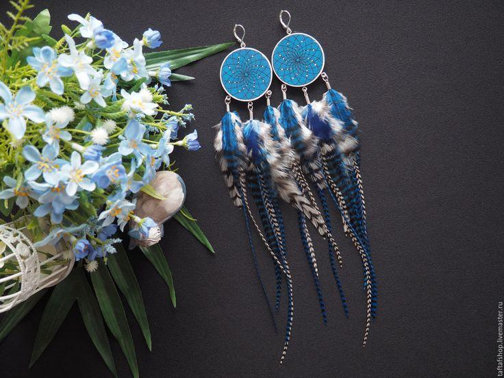Морская тема - сине-белые длинные серьги с перьями бохо с ловцом снов
