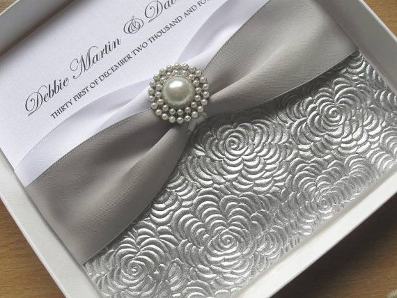 Luxus Silber & White handgemachte Hochzeitseinladung von Cherlaan