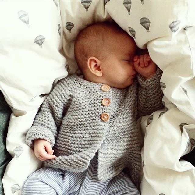 PUTTETID.... i den bløde HARALDs jakke. Opskriften finder du i shoppen (link i profil) #baby #babystrik #babyknits #kidsfashion Bedding: @kongessloejd