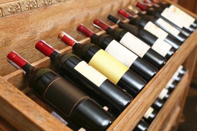 Existen muchos tipos de vinos que puedes elegir para regalar: vinos para un padre de familia, vinos para un amante del vino, o inclusive vinos personalizados. Pero lo difícil es poder elegir un vino para regalar a alguien a quien no conocemos demasiado. Existe una teoría que dice que los gustos de las