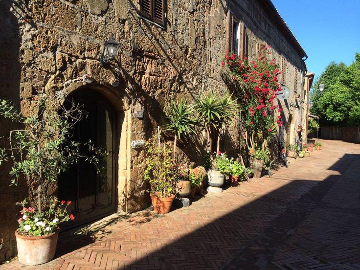 in centro Sovana, antica schiera in tufo a tre piani, in vendita... info su www.findhouseitaly.com