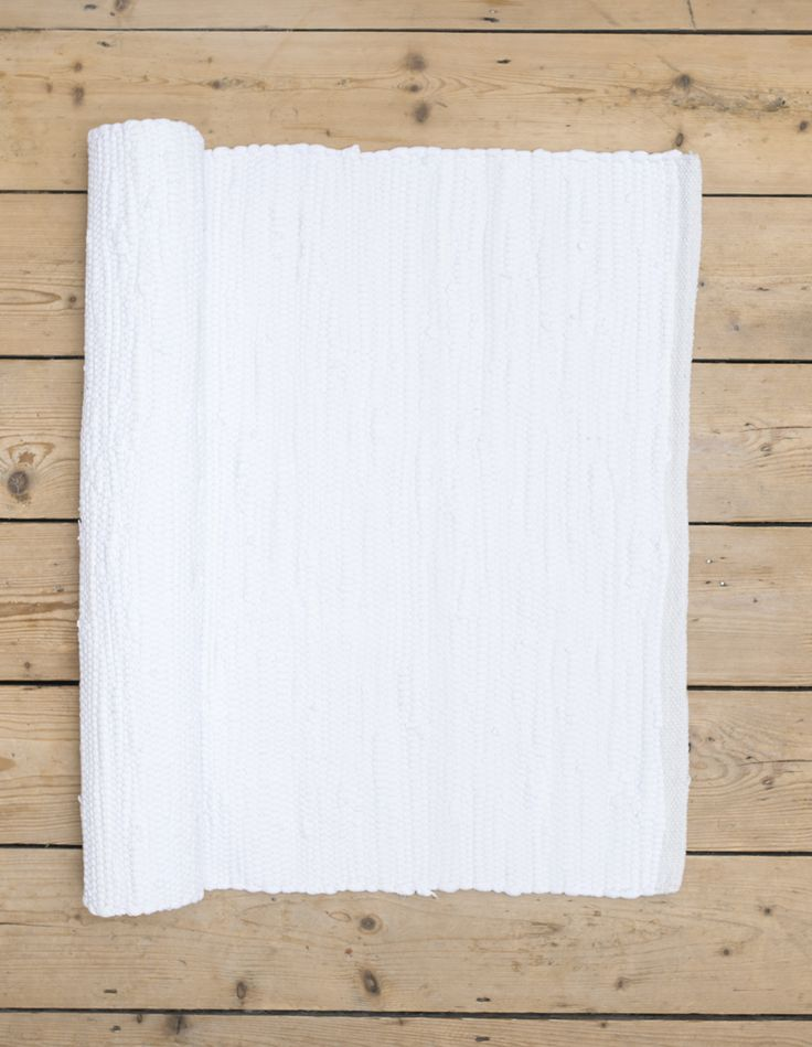 Our plain white rag rug is ideal to help create a refreshing atmosphere! Scandinavian rugs, gifts and interior inspiration from Skandihome.com