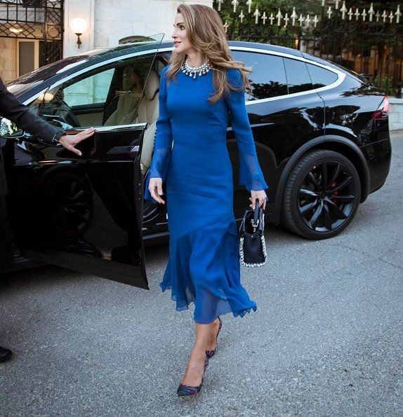 Queen Rania hosted an iftar banquet at Raghadan Palace.   1-6-2017