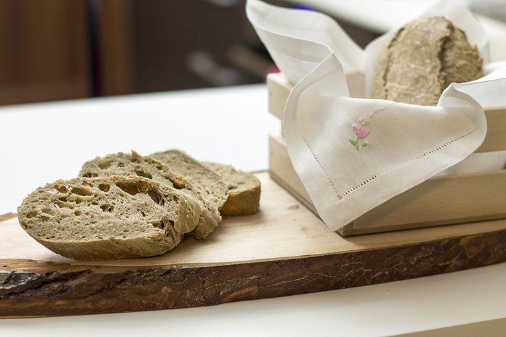 Rustico, salutare e profumato il pane ai cereali è particolarmente buono. Quì la ricetta semplice per prepararlo in casa...