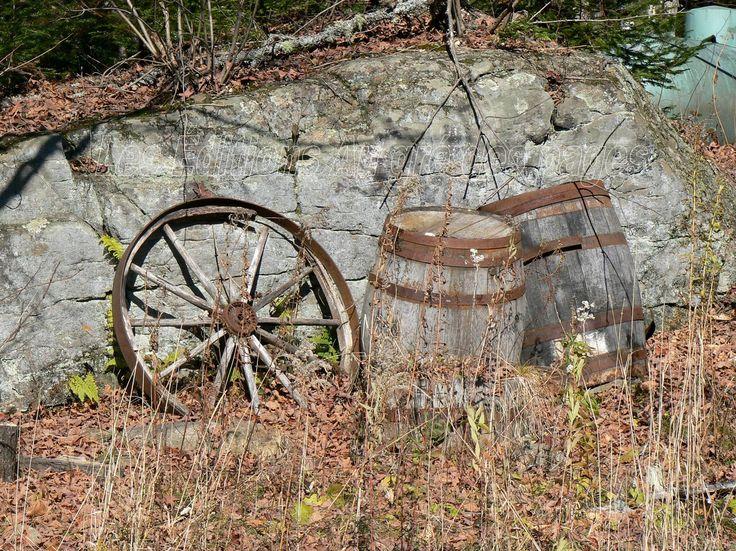 Vestige d'un temps révolu où l'eau d'érable était transportée dans des barriques en bois, similaires à celles utilisées pour le vin en d'autres lieux.