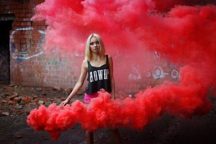 Оличка Смирнова quiero : цветные дымовые шашки