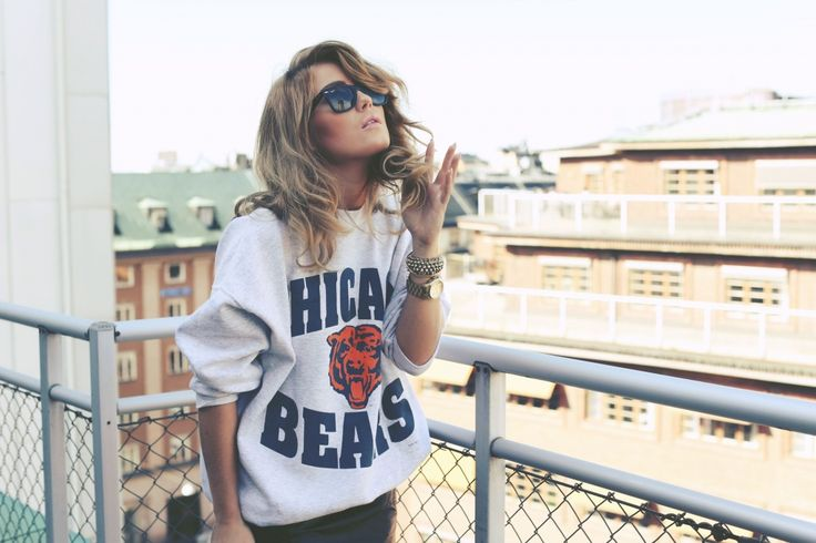 Cute, comfy, Chicago bears sweatshirt. Reminiscent look of the 80's, 90's.