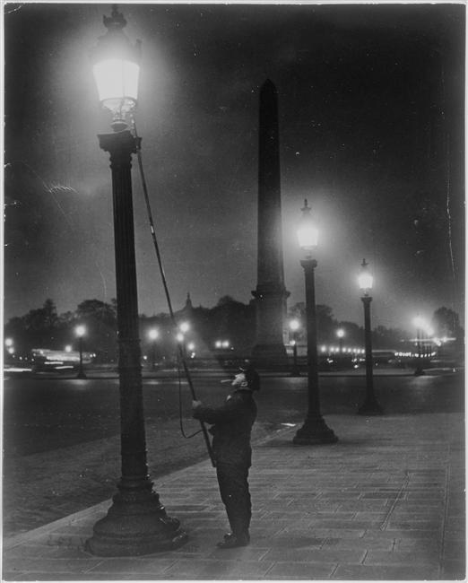 Brassaï. Allumeur de réverbères, place de la Concorde, 1933