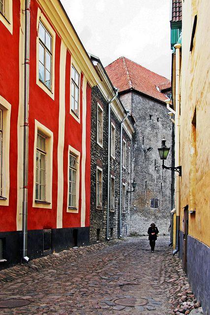Tallinn Streets  Tallinn, Estonia. Tallin (en estonio: Tallinn) es la capital de la República de Estonia y del condado de Harju. Es la ciudad más poblada de Estonia y su principal puerto. Está situada en la costa norte del país, a orillas del golfo de Finlandia, a 80 km al sur de Helsinki.