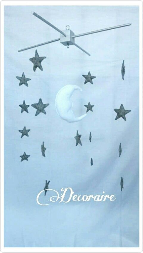 Móvil decorativo de estrellas y luna. Complemento ideal para la decoración de la habitación de tu bebé realizado en fieltro y hecho a mano.  #handmade #hechoamano #babyshower #giftidea #decoration #decoración #moon #star #regalo