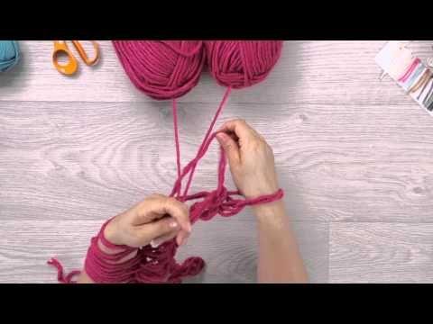 Découvrez comment tricoter avec les bras pour réaliser un snood. Retrouvez plus d'informations sur ce fil utilisé dans la vidéo ici : http://www.phildar.fr/p...