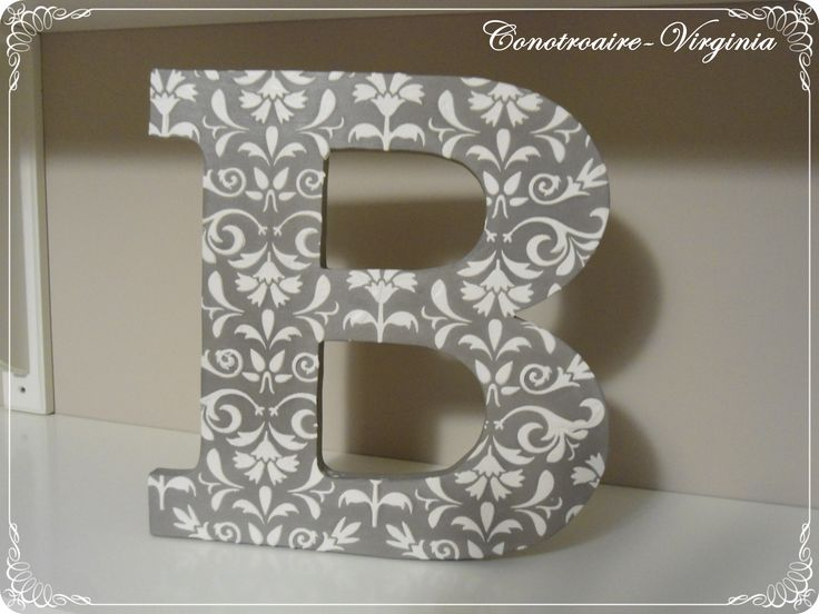 letra decorada con stencil en relieve