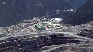 Pemerintah dinilai melanggar UU Minerba karena telah memperpanjang izin ekspor PT Freeport Indonesia selama 6 bulan ke depan. Seharusnya pemerintah mewajibkan PT Freeport untuk melakukan pemurnian di dalam negeri.  Read more: http://www.jitunews.com/read/8848/izin-ekspor-freeport-diperpanjang-pemerintah-dinilai-langgar-uu-minerba#ixzz3QYV1SRKU ~ @jitunews #Jitu #JituNews #InfoJitu #CaraJitu