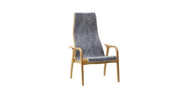 """Lamino fåtölj med stomme i skiktlimmad oljad ek och grått fårskinn. """"Att ha gjort en bra stol är kanske inget dåligt livsverk"""" Citatet kommer från Lamino-stolens pappa, Yngve Ekström. Och att säga att stolen som röstades fram som århundradets svenska möbel av Sköna Hems läsare bara är en bra stol får ändå ses som en grov underdrift."""