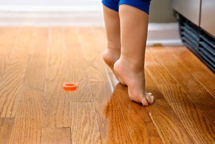 Molti bambini camminano in punta dei piedi quando sono a piedi nudi su un pavimento freddo, o durante i primi passi se cercano di reggersi ad i mobbili. Alcuni bambini lo fanno a volte per divertimento quando mimano gli adulti o inscenano spettacoli di balletto. Ma se il vostro bambino ha più di 2 anni e cammina sempre o molto frequentemente sulle punte dei piedi, deve essere valutato da un pediatra o un´ortopedico.