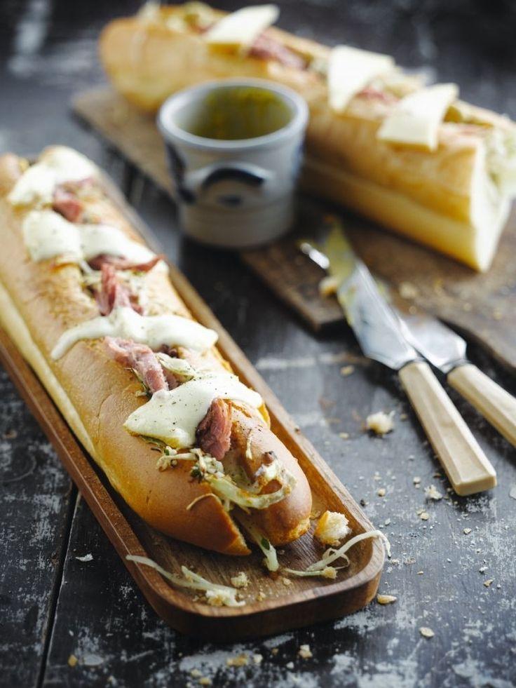 Bereiden:Snijd de kool in fijne reepjes. Stoof gaar in olijfolie met tijm en karwijzaad en breng op smaak met peper en zout.Bereid het hammetje. Snijd plakjes van het hammetje.Snijd de stokbroden in de lengte in twee, maar snij ze niet helemaal open. Bestrijk de helft met mosterd. Beleg met de witte kool en beenham. Leg er de raclette op en laat onder de grill gedurende 3 à 5 minuten smelten.