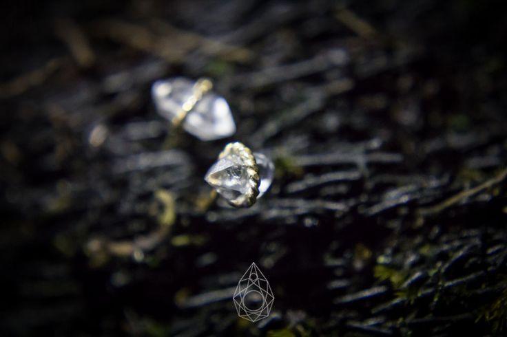 Aretes pequeños de la marca N de Naranjo, elaborados en plata con baño en oro y diamantes Herkimer naturales