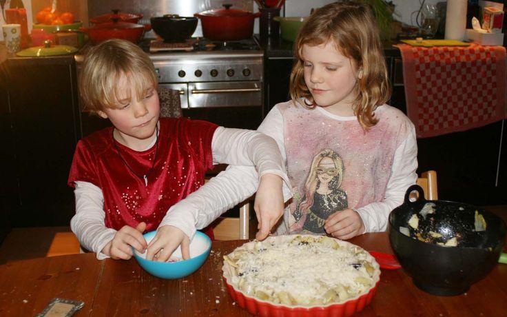 Witlofschotel met appels & pruimen - gemaakt door Jobke en Annemijn. Het recept staat op de site kidsinthekitchen.nl
