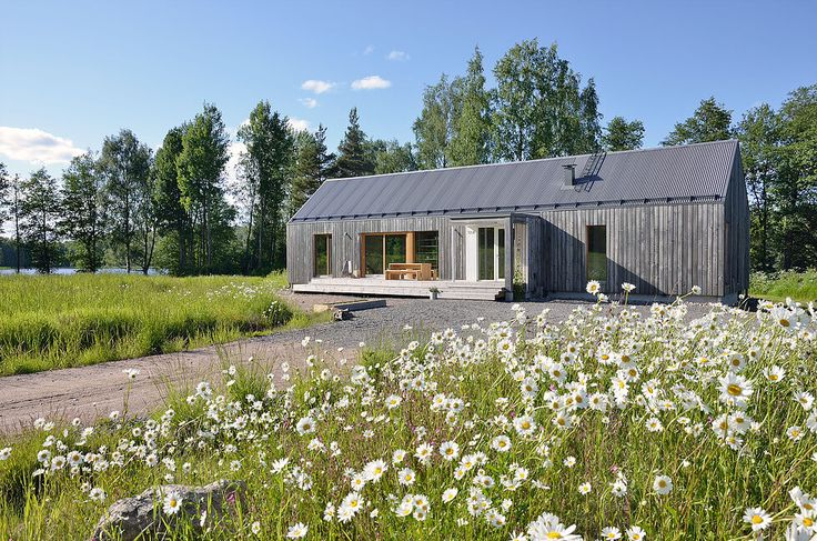 Dům stojí v nádherné venkovské krajině nedaleko jezera. Je tiše zasazen do okolních polí a svojí sedlovou střechou připomíná klasickou architekturu obvyklou v tomto regionu. Autorem projektu jsou architekti ze studia MNy Arkitekter. Zajímavostí je, že během stavby bylo použito sedm různých druhů dřeva.