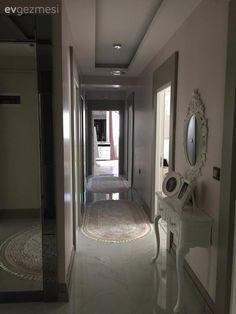 Aslıhan hanım 24 senelik evli, 2 de çocuk annesi. Yaklaşık 1 ay önce taşındıkları yeni evlerini dekore ederken, bazı mobilyalarını yeni almış, bazılarını ise yenileyerek kullanmış.  Evinin genelinde...