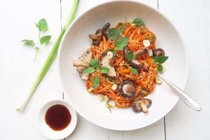 Wortel noodles met shiitakes en honing-soja dressing
