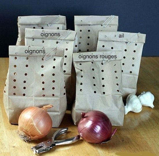Conserver les oignons dans des sacs ventilés: prendre des sacs en papier craft(ou le faire soit même) faire des trous avec pince à trous de ceinture ou perforatrice de vos enfants, pour oignons échalotes et ails (attention ne pas s'ils sont abîmés et pas à coté des pommes de terres)