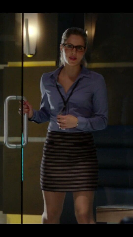 Arrow - Felicity Smoak and hers short skirts