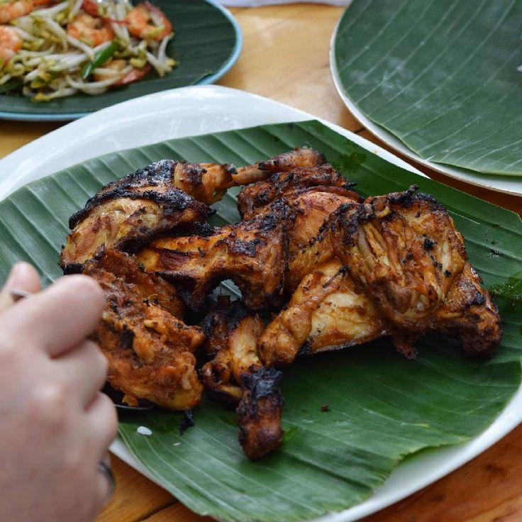 Makan siang akan semakin asik kalau rame rame ditambah dengan ayam bakar. Mari makan!  #AnonimoCoffee http://www.butimag.com/medanfoodblog/post/1482422700513119840_2016279311/?code=BSSn5eHD05g