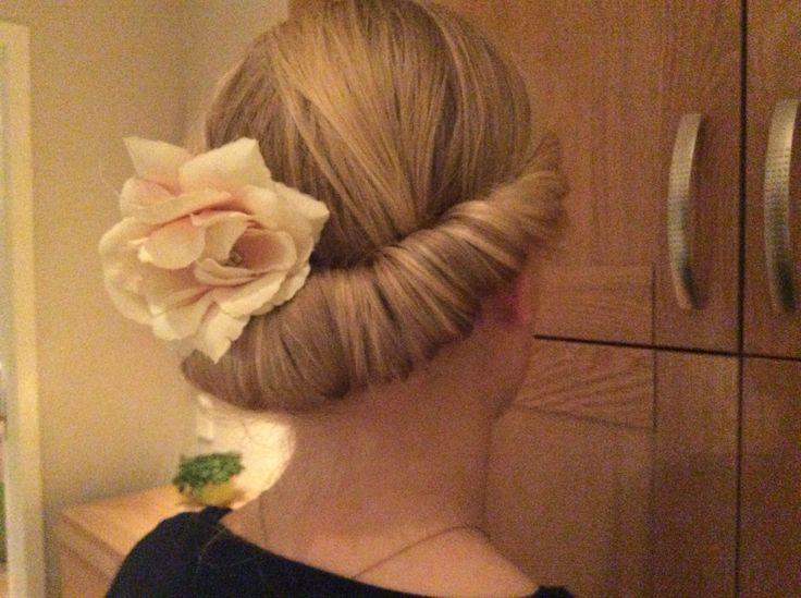 Flott frisyre. Oppsatt hår. Med en blomst. Du trenger et hårbånd og en hårblomst så er det bare å sette i gang.