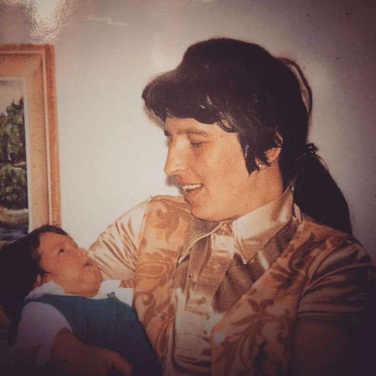 Tänään on kulunut tasan 3 vuotta Äidin kuolemasta. #ripmom . Haimasyöpä. Mitään ei mahdettu varsinkaan kun diagnoosi saatiin vasta 3 viikkoa ennen H-hetkeä. . Isä ja Äiti tapasivat Konsun tansseissa Tampereella syksyllä 1954 - joskin Isällä on aiheesta toinen versio. Hän oli nimittäin jo aiemmin samana päivänä nähnyt Äidin Hämeenkadulla ja jutellutkin kuulemma hänen kanssaan mutta Äiti ei tätä tapaamista muistanut lainkaan. Ihmetteli vaan miksi uppo-outo poika käyttäytyy niin…