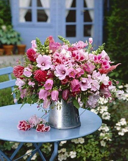 summertime bouquet arrangement. Ideas for flower blooms from the cutting garden.