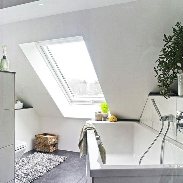 Helles Badezimmer Badezimmer Mit Dachfenster In 2020 Home Home Decor Bathtub