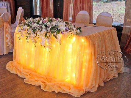 Свадебное оформление президиума в персиковых тонах