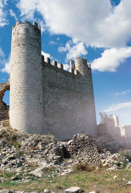 …Es un topónimo de origen árabe, quiere decir 'castillo' –explicó Álex–. Esta localidad de Alcalá de Xibert es de origen claramente musulmán, el castillo fue templario y de la Orden de Montesa, y según leímos en internet, parece que en uno de sus muros hay una inscripción en letra cúfica.…Los castillos islámicos por esta zona son así, se ubicaban a gran altura, ya que tenían que defender estos territorios de los ataques cristianos.