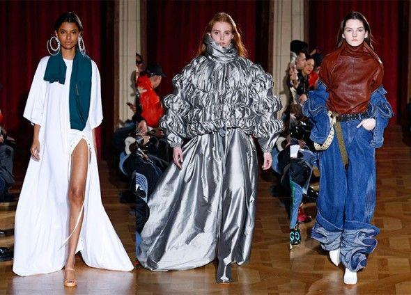 Os looks mais recentes, desfilados na Semana de Moda de Paris de outono-inverno 2017/18. Branco, metalizado e jeans com couro!