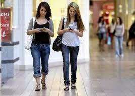 ΥΓΕΙΑΣ ΔΡΟΜΟΙ: Κινητά τηλέφωνα - Επικίνδυνα για παιδιά που περπατ...