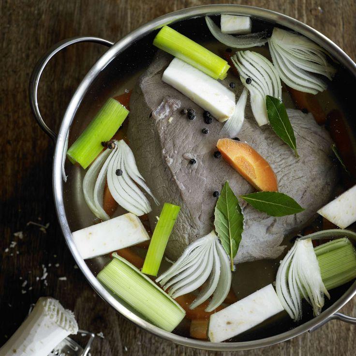 Siedfleisch. Klassiker für die kalte Jahreszeit. Der Sud ergibt eine schmackhafte Suppe. Fleisch mit Suppengemüse anrichten und herb-pikanten Meerrettichschaum dazuservieren.