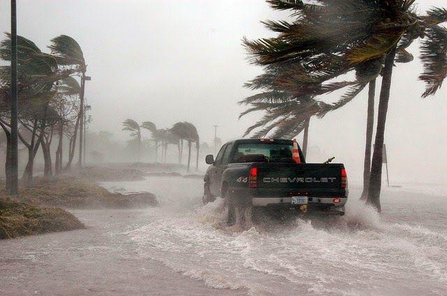 En este post te contaremos de uno de los peligros de estos fenómenos que tal vez no conocías. Los efectos de los huracanes pueden ser devastadores, ya que los vientos a estas velocidades pueden destruir edificios, casas móviles, tejados y arrasar con todo lo que encuentren a su paso.