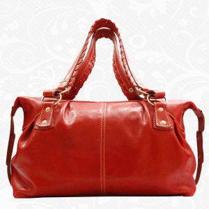 Elegantná kožená kabelka s veľkým úložným priestorom vyrobená z pravej talianskej kože. Kabelka je nositeľná v ruke, cez predlaktie a cez rameno. Kožená kabelka je praktický a krásny módny doplnok, v ktorom nosíme svoj hmotný i nehmotný svet  www.vegalm.sk - Kožená kabelka 8310 - červená